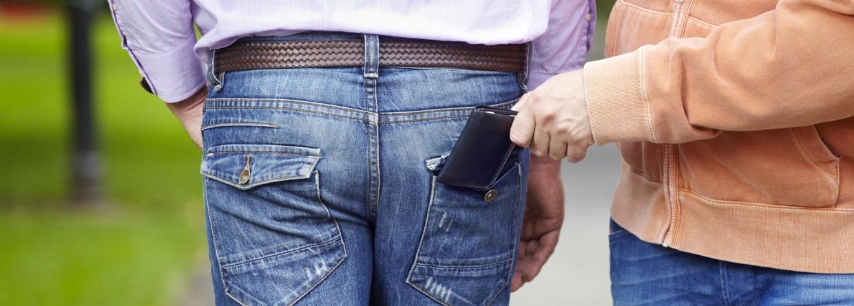 Iemand wiens portemonnee wordt gestolen.