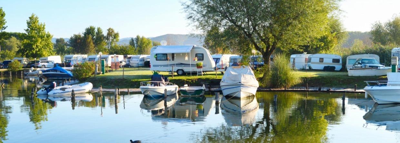 Caravans aan het water