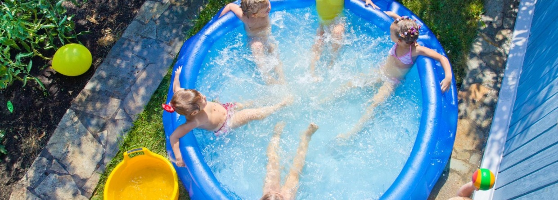 Kinderen in zwembad in de tuin