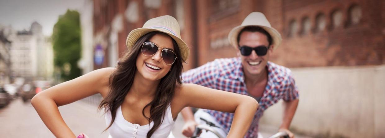 Meisje en jongen op fiets