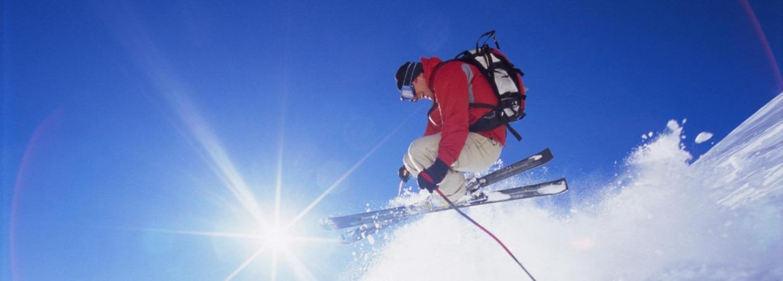 man is off-piste aan het skiën