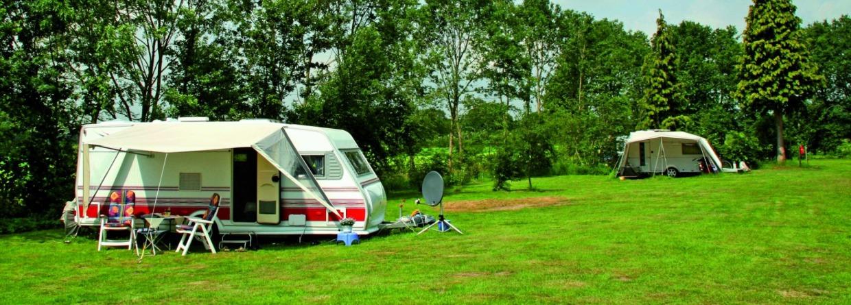 Caravan op veld van camping