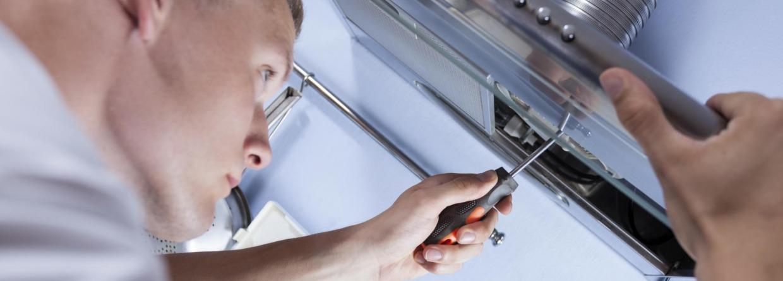 Monteur repareert de keuken